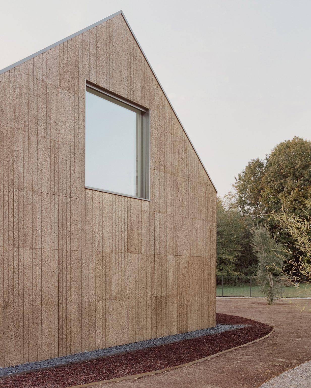 Lớp tường bao quanh công trình gần như được làm hoàn toàn từ gỗ bần