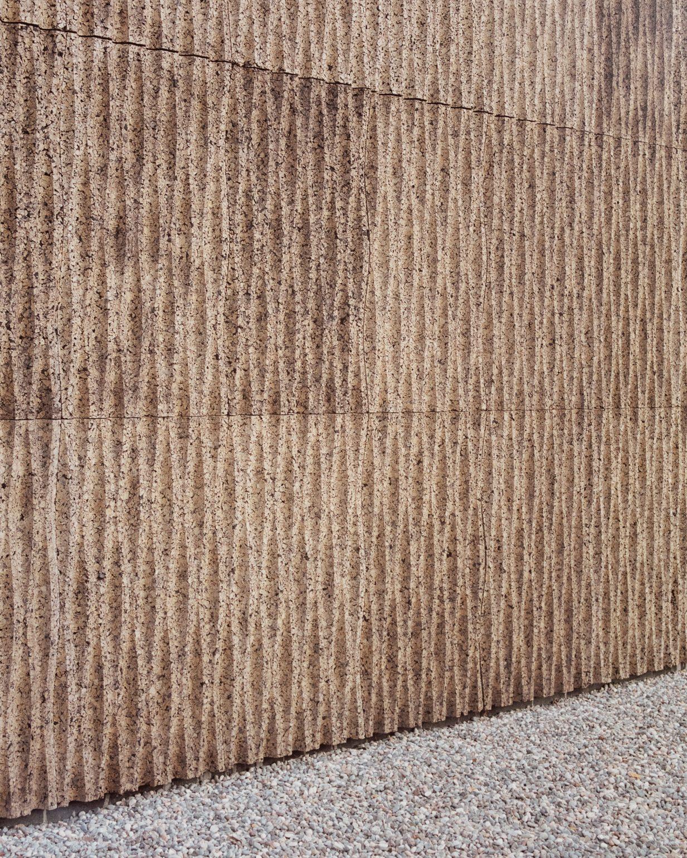 Những nét gợn sóng trên bức tường gỗ chính là một điểm nhấn cho công trình
