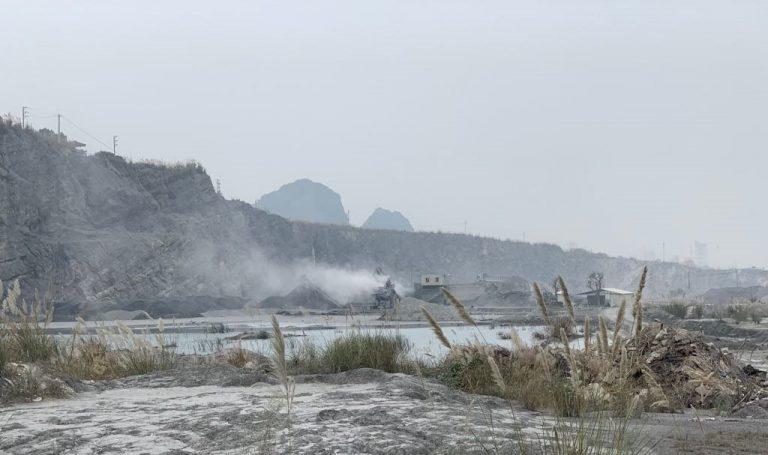 Nhà máy sản xuất cát nhân tạo đặt cạnh nguồn nước để rửa nguyên liệu. Công nghệ này gây ra vấn nạn ô nhiễm nước thải. Nguồn ảnh: báo Pháp luật Môi trường.
