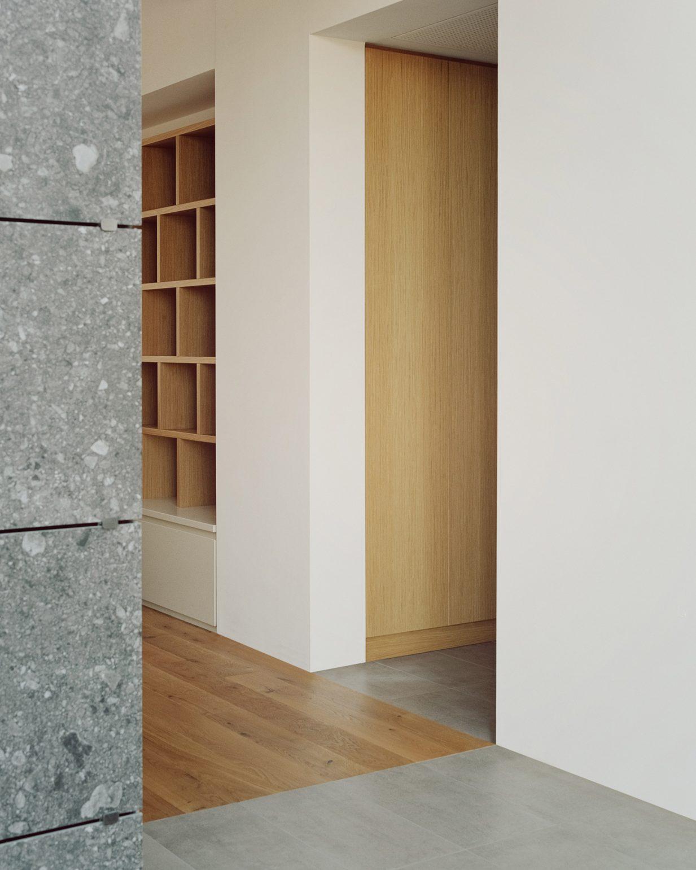 Điểm đáng chú ý trong không gian nội thất chính là những vật liệu làm bằng đá cẩm thạch và gỗ sồi