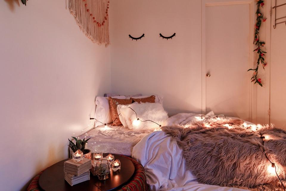 """Tạo mùi hương dễ chịu: Bạn có thể biến chỗ ở thành phòng nghỉ cao cấp khi sử dụng nến thơm, sáp, tinh dầu hoa... Những lọ sáp có mùi tự nhiên hay tinh dầu oải hương, quế, tràm trà... để trong góc phòng giúp lan tỏa hương thơm nhẹ nhàng. Ngoài ra, bạn có thể """"chill"""" tại nhà khi bố trí nến thơm cùng đèn dây, tận hưởng trọn vẹn không gian lãng mạn."""