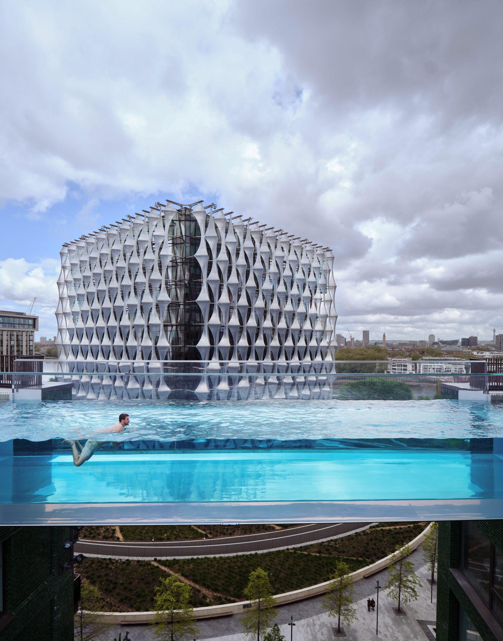 Studio kiến trúc HAL đã tạo ra một bể bơi trong suốt giữa hai tòa nhà
