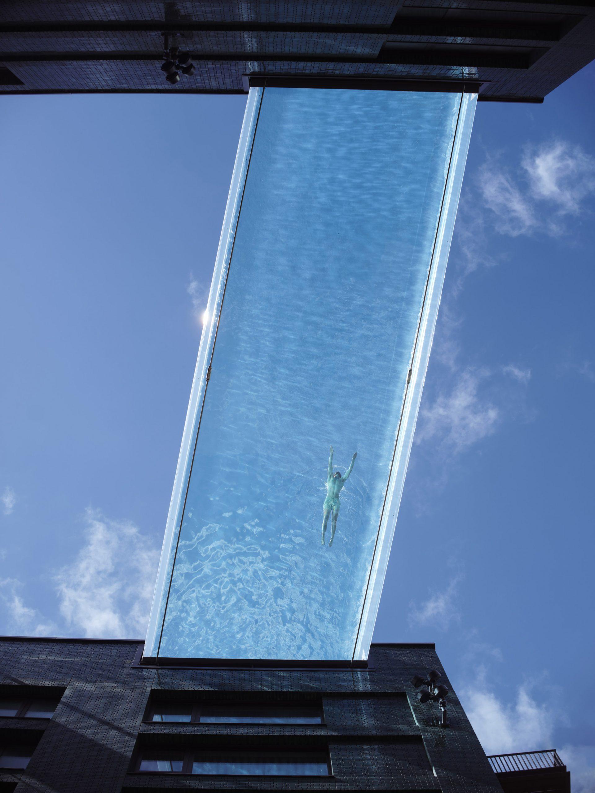 Hồ bơi trên cao kết nối hai tòa nhà dân cư