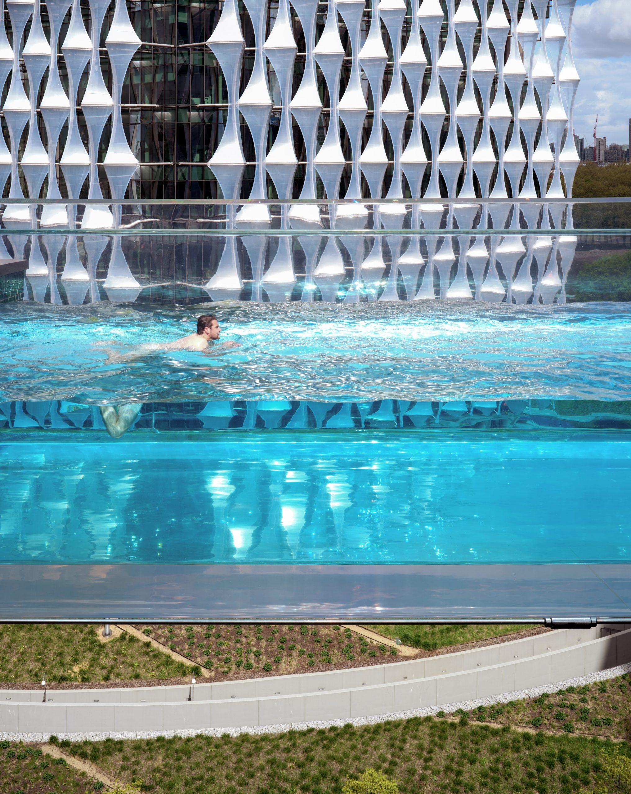 Hồ bơi được xây dựng từ các tấm acrylic trong suốt