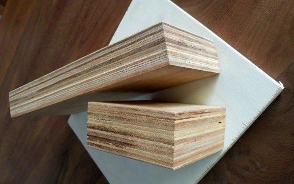 Gỗ dán được sử dụng nhiều trong thiết kế nội thất, các sản phẩm từ gỗ này được nhiều người thích bởi mang lại vẻ đẹp thẩm mỹ cao, độ bền tốt,... Đặc điểm của gỗ dán Gỗ dán (plywood) hay còn gọi gỗ ép là loại gỗ công nghiệp có cấu tạo bởi những lớp gỗ lạng mỏng 1mm xếp liên tục, vuông góc với nhau theo đường vân gỗ. Các lớp gỗ này được dán với nhau bằng loại keo chuyên dụng, sau đó, dưới tác động của nhiệt và lực ép giúp chúng gắn chặt với nhau một cách chắc chắn. Gỗ dán thường sử dụng các loại gỗ tự nhiên như gỗ thông, gỗ xoan đào, gỗ tần bì, gỗ óc chó,...