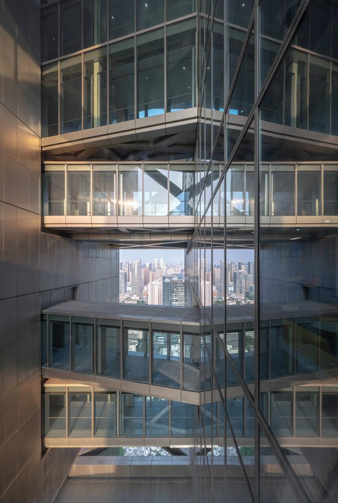 Những cây cầu kính độc đáo của Hanking Center