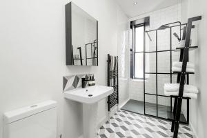 Những gam màu kết hợp hài hòa với phòng tắm màu trắng