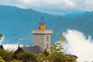 Ngôi nhà tựa ngọn hải đăng nằm săn mây giữa cảnh trời Sapa